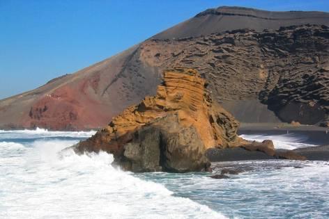 Der Vulkankrater El Golfo auf Lanzarote liegt direkt an der Küste des Atlantiks