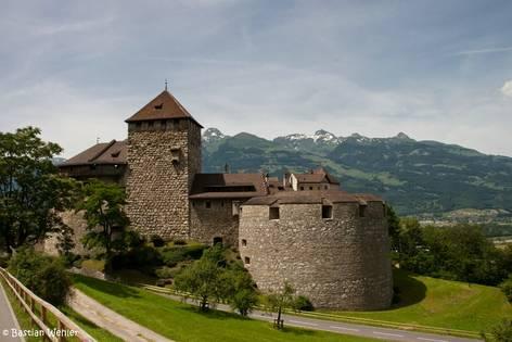 Das Schloss Vaduz in Liechtenstein hoch über dem Tal des Alpenrheins